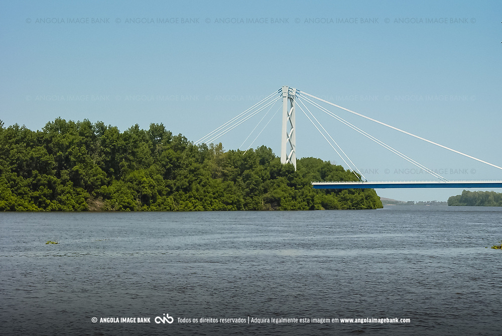 A ponte sobre o rio Cuanza (Kwanza) perto da foz que serve de ligação entre as províncias de Luanda e Bengo. Vista para o Párque Nacional da Kissama. Angola
