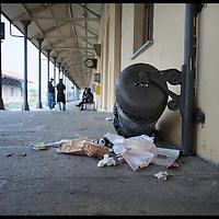 stazione di Susa   .. cestino rifiuti rovesciato e rotto