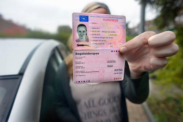 Nederland, Millingen, 8-11-2012Een meisje van 17 jaar oud heeft haar rijbewijs gehaald en mag samen met haar vader of moeder die een begeleiderspas hebben in hun auto de weg op.Foto: Flip Franssen/Hollandse Hoogte