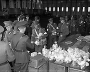 17/08/1960<br /> 08/17/1960<br /> 17 August 1960<br /> Airlift of the 33rd Battalion to the Congo. Picture shows Troops queuing to collect oranges, milk, cake, cigarettes and other amenities prior to their departure for the Congo.