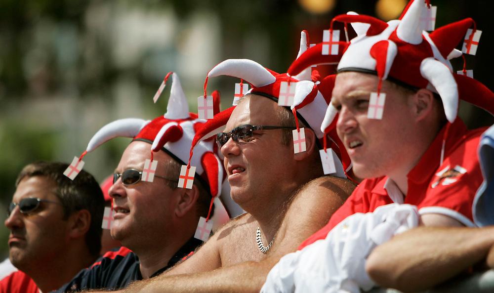 Hanau | Deutschland 10.06.2006:  In der Innenstadt Frankfurts schauen englische Fu&szlig;ballfans das Spiel ihrer Mannschaft gegen Paraguay und feiern nachher den Sieg ihrer Mannschaft.<br /> <br /> hier: Englische Fans schauen in der Main Arena das Spiel auf einer Videowand die im Main schwimmt.<br /> <br /> Sascha Rheker<br /> 20060610<br /> <br /> [Inhaltsveraendernde Manipulation des Fotos nur nach ausdruecklicher Genehmigung des Fotografen. Vereinbarungen ueber Abtretung von Persoenlichkeitsrechten/Model Release der abgebildeten Person/Personen liegt/liegen nicht vor.]