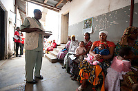 06 OCT 2009, ARUSHA/TANZANIA:<br /> Eine Krankenschwester und waertende Muetter mit Ihren Kleinkindern, Ngarenaro Health Center, ONE Informationsreise nach Tansania, Arusha / Kilimandscharo<br /> IMAGE: 20091006-01-128<br /> KEYWORDS: Reise, Trip, Afrika, Africa, Gesundheit, Gesundheitszentrum, Mutter, Mütter, Kind, Kinder