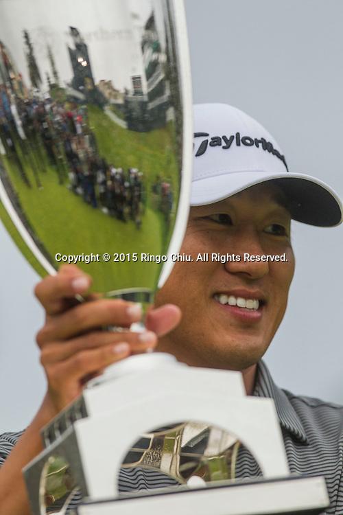 2月22日,韓裔美籍高爾夫球手詹姆士-韓在頒獎儀式上高舉他的獎杯。當日,2015年美巡北美信託高爾夫球公開賽決賽在洛杉磯里維拉鄉村俱樂部舉行,詹姆士-韓獲得冠軍。<br /> (新華社發 趙漢榮攝)<br /> James Hahn, holds the winner's trophy up after winning the PGA Tour Northern Trust Open golf tournament on the third playoff hole at Riviera Country Club, Sunday, February 22, 2015, in Los Angeles. (Xinhua/Zhao Hanrong)(Photo by Ringo Chiu/PHOTOFORMULA.com)
