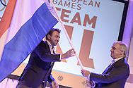 02-06-2015: Nieuws: Presentatie selectie Europese Spelen: Papendal<br /> <br /> (L-R) Voorzitter NOC*NSF Andre Bolhuis overhandigd symbolisch de vlag aan chef de mission Jeroen Bijl<br /> <br /> European Games Team NL bestaat tijdens de eerste editie van het evenement in Baku uit 120 topsporters. Zij komen in totaal uit in zeventien sporten en nemen deel aan 24 disciplines. Chef de mission is Jeroen Bijl<br /> <br /> NOVUM COPYRIGHT / ORANGE PICTURES / GERTJAN KOOIJ