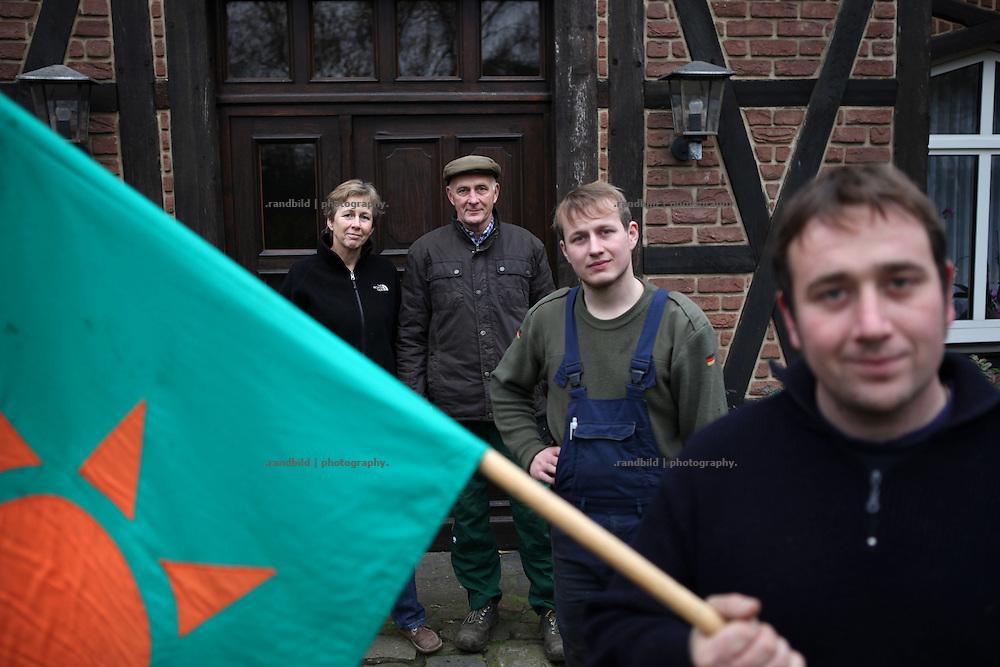 Die Landwirte-Familie Pothmer aus Teichlosen (Lüchow-Dannenberg) ist seit 35 Jahren im Widerstand gegen Atomenergie aktiv. Heike und Heinrich Pothmer mit den Söhnen Klaus und Fritz (v.l.n.r.).