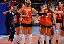 08-01-2016 TUR: European Olympic Qualification Tournament Nederland - Italie, Ankara<br /> De volleybaldames hebben op overtuigende wijze de finale van het olympisch kwalificatietoernooi in Ankara bereikt. Italië werd in de halve finales met 3-0 (25-23, 25-21, 25-19) aan de kant gezet / Vreugde bij Nederland met Coach Giovanni Guidetti