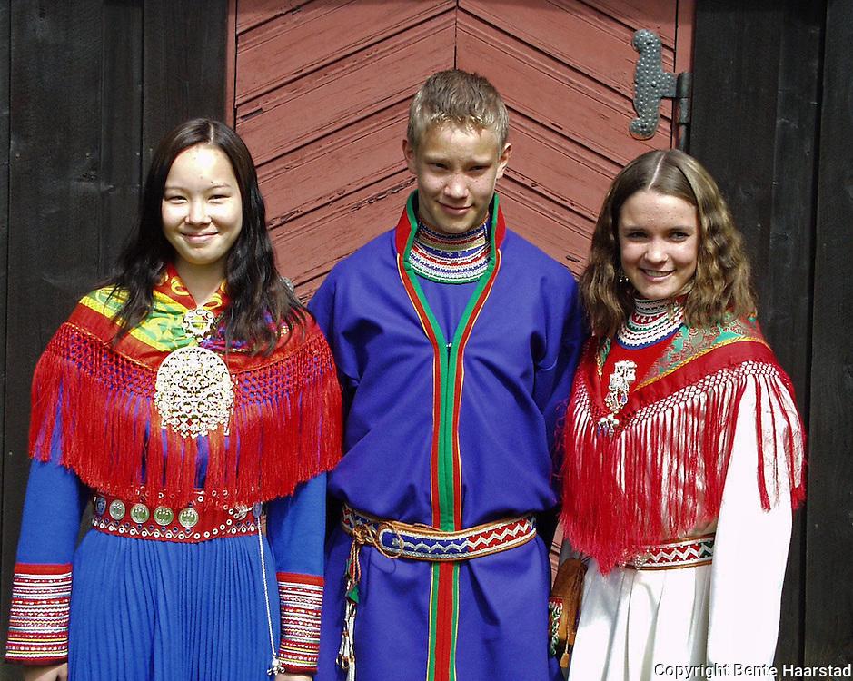 Hætte t.v., Dunfjeld og Sofie Malena Jåma Stenfjell.dig Det sørsamiske området strekker seg fra Saltfjellet i nord til Elgå i Hedmark i sør. Omfatter noen få tusen på norsk og svensk sida av grensa. The sourth sami people consists of only a few thousand people.