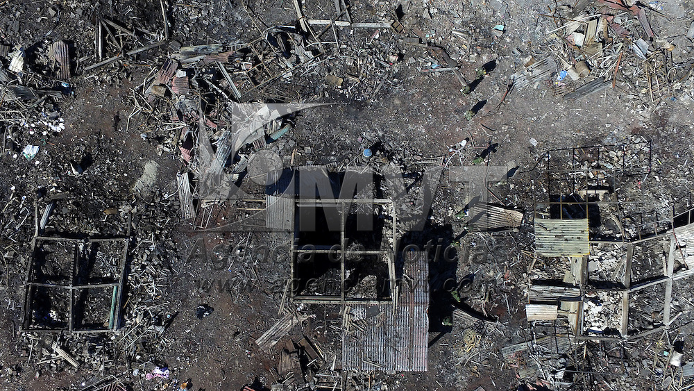 Tultepec, Mexico.- Personal militar y peritos forenses continuan con la búsqueda de cuerpos y analizando evidencias entre los restos del mercado de San Pablito que ayer fue destruido por una explosión geeralizada de pirotecnia que dejo a 29 personas muertas y 72 lesionadas (imagen aerea tomada con Drone). Agencia MVT / Mario Vazquez de la Torre.