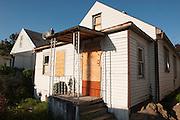 Ein Haus wie dieses in Detroit kann oft auf Auktionen fuer 500 - 1000 $ erworben werden.<br /> <br /> <br /> Art in Detroit 2013<br /> &copy; Stefan Falke<br /> www.stefanfalke.com