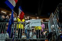 8.000 personnes ce sont massees a l'interieur du Palais des sports de Lyon et plusieurs milliers d'autres devant des ecrans geants, dehors, lors du meeting d&rsquo;Emmanuel Macron.La salle a ete prealablement chauffee par le maire de Lyon Gerard Collomb.Emmanuel Macron a fait une demonstration de force. Il a longtemps parle de valeurs puis a distribue des bons points &agrave; droite et piques &agrave; gauche, mais sans pour autant d&eacute;voiler de nouvelles propositions.<br /> Il conclu par: Il nous reste 78 jours pour faire triompher l&rsquo;esperance ! Et a la fin, il entonne la Marseillaise.