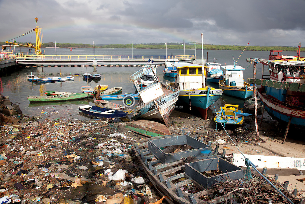 Natal - RN - 18.02.2013 Lixo e barcos no Rio Pontengi proximo do mercado de peixes, no bairro das Rocas.//Garbage and Fishing boats at the Potegui river close by the fish market at Rocas, Natal, Brazil. 2013.