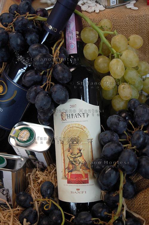 """Rome September 24 th 2 8    .Conference """" The Tuscany of the taste """"  .Chianti red wine...Roma 24 Settembre 2008.Convegno """" La Toscana del gusto"""" .Bottiglia di  chianti."""