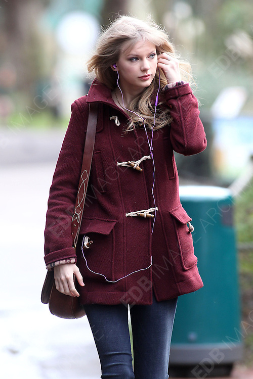 25.JANUARY.2012. LONDON<br /> <br /> TAYLOR SWIFT VISISTS THE LONDON ZOO<br /> <br /> BYLINE: EDBIMAGEARCHIVE.COM<br /> <br /> *THIS IMAGE IS STRICTLY FOR UK NEWSPAPERS AND MAGAZINES ONLY*<br /> *FOR WORLD WIDE SALES AND WEB USE PLEASE CONTACT EDBIMAGEARCHIVE - 0208 954 5968*
