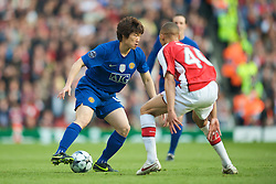 LONDON, ENGLAND - Tuesday, May 5, 2009: Arsenal's Kieran Gibbs and Manchester United's Ji-Sung Park during the UEFA Champions League Semi-Final 2nd Leg match at the Emirates Stadium. (Photo by David Rawcliffe/Propaganda)