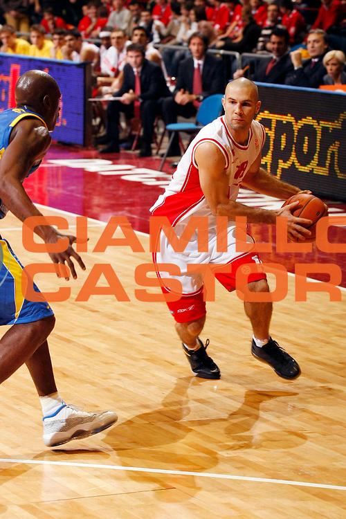 DESCRIZIONE : Milano Eurolega 2007-08 Armani Jeans Milano Maccabi Tel Aviv<br /> GIOCATORE : Anthony Giovacchini<br /> SQUADRA : Armani Jeans Milano<br /> EVENTO : Eurolega 2007-2008 <br /> GARA : Armani Jeans Milano Maccabi Tel Aviv <br /> DATA : 29/11/2007 <br /> CATEGORIA : Palleggio<br /> SPORT : Pallacanestro <br /> AUTORE : Agenzia Ciamillo-Castoria/G.Cottini
