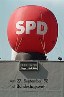 """29.04.1998, Germany/Bonn:<br /> SPD Ballon und Bundestagswahl-Countdown-Uhr auf dem Dach der SPD Wahlkampfzentrale """"Kampa""""<br /> IMAGE: 19980429-02/01-09<br />  <br /> KEYWORDS: Werbung, promotion"""