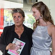 NLD/Amersfoort/20180830 - Boekpresentatie van Nicky Opheij  'On a Mission', Nicky Opheij overhandigt het eerste exemplaar aan Monica van Ee