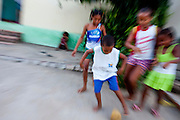 Bom Jesus da Lapa_BA, Brasil...Criancas jogando futebol na rua de Bom Jesus da Lapa, Bahia...The children playing soocer at the street in Bom Jesus da Lapa, Bahia...Foto: LEO DRUMOND / NITRO