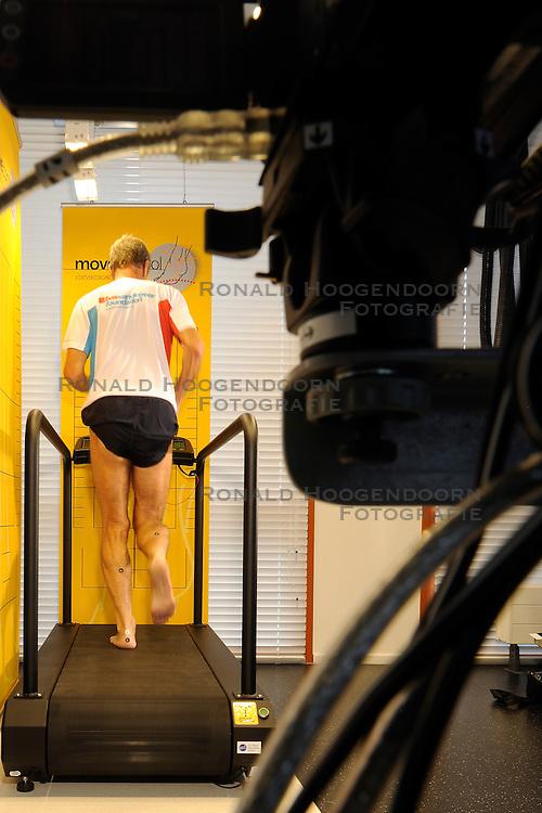 01-09-2011 ALGEMEEN: LOOPBAND TESTEN BIJ PENDERS VOETZORG: GOUDA<br />De komende 3 jaar gaan BvdGf en Penders voetzorg samenwerken om mensen met diabetes in beweging te krijgen<br />&copy;2011-FotoHoogendoorn.nl