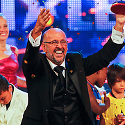 NLD/Hilversum/20100910 - Finale Holland's got Talent 2010, Martin Hurkens met de gewonnen trofee