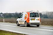 Nederland, Leuth, 16-2-2017 Een postbode maakt in een auto zijn ronde door het buitengebied in de Ooijpolder. FOTO: FLIP FRANSSEN