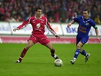 Fotball, Tippeligaen, 26 Sept 2004, Brann - Lyn, resultat 5-1, Paul Scharner, Brann og Øyvind Leonhardsen, Lyn.