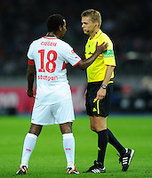 26. August 2011: Berlin, Olympiastadion: Fussball 1. Bundesliga, 4. Spieltag: Hertha BSC - VfB Stuttgart: Stuttgarts Cacau (l) entschuldigt sich bei Schiedsrichter Jochen Drees, nachdem er diesen bei einer Reklamation angestossen hatte.