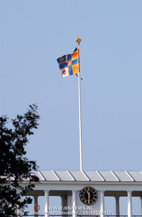 Vlag Juliana en Bernhard op paleis Soestdijk met rouwwimpel ivm overlijden Claus