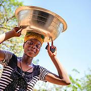 LÉGENDE: Une femme vient moudre ses noix de Karité. LIEU: Centre COFEMAK, Koumra, Tchad. PERSONNE(S): Cliente des noix de Karité (au centre).