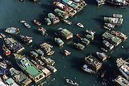 Hong Kong. . the Junks (aerial view) in Aberdeen typhon shelter.    / les jonques abri anti typhon. Aberdeen. / Aberdeen  etait autrefois le plus grand abri anti typhon de la colonie, les jonques trouvaient refuge dans cet abris naturel coince entre l'ile Victoria et l'île Ap lei chau, aujourd'hui les pêcheurs ont ete reloges par milliers dans les buildings de Hop lei Chau, construits sur un polder gagne sur la mer et relie à Victoria par un pont. De l'abri d' Aberdeen il ne reste qu'un bras de mer  ou quelques bateaux trouvent encore refuge, mais pour combien de temps encore?