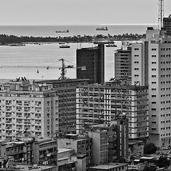 Vista para a baixa da cidade de Luanda. Em primeiro plano está a prédio Rainha Ginga, o predio dos professores da Universidade Agostinho Neto e a Torre Total Angola 1 (TTAI) . Angola