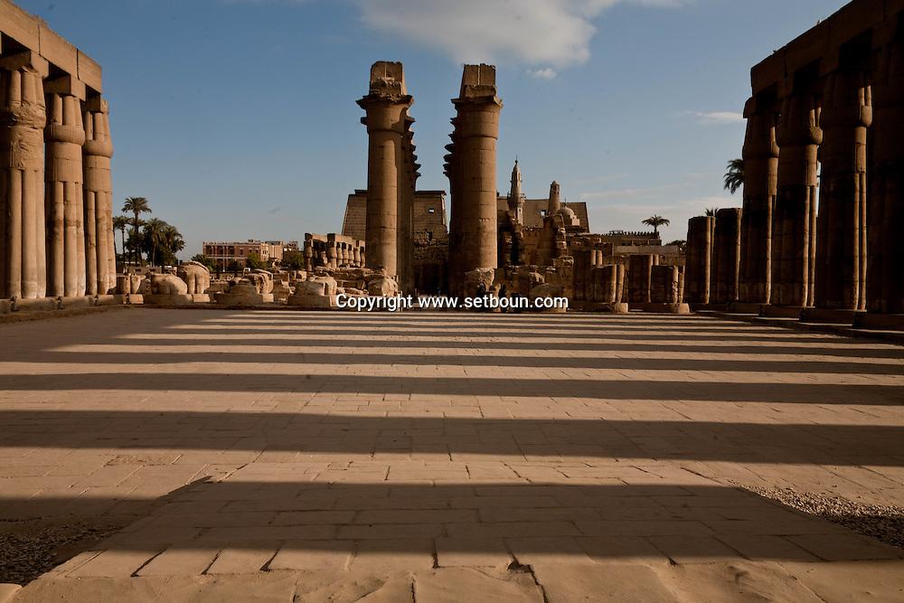 Louxor temple  square courtyard with columns  Louxor - Egypte    /  temple de Louqsor, cour carree a colonnes  Louqsor - Egypt