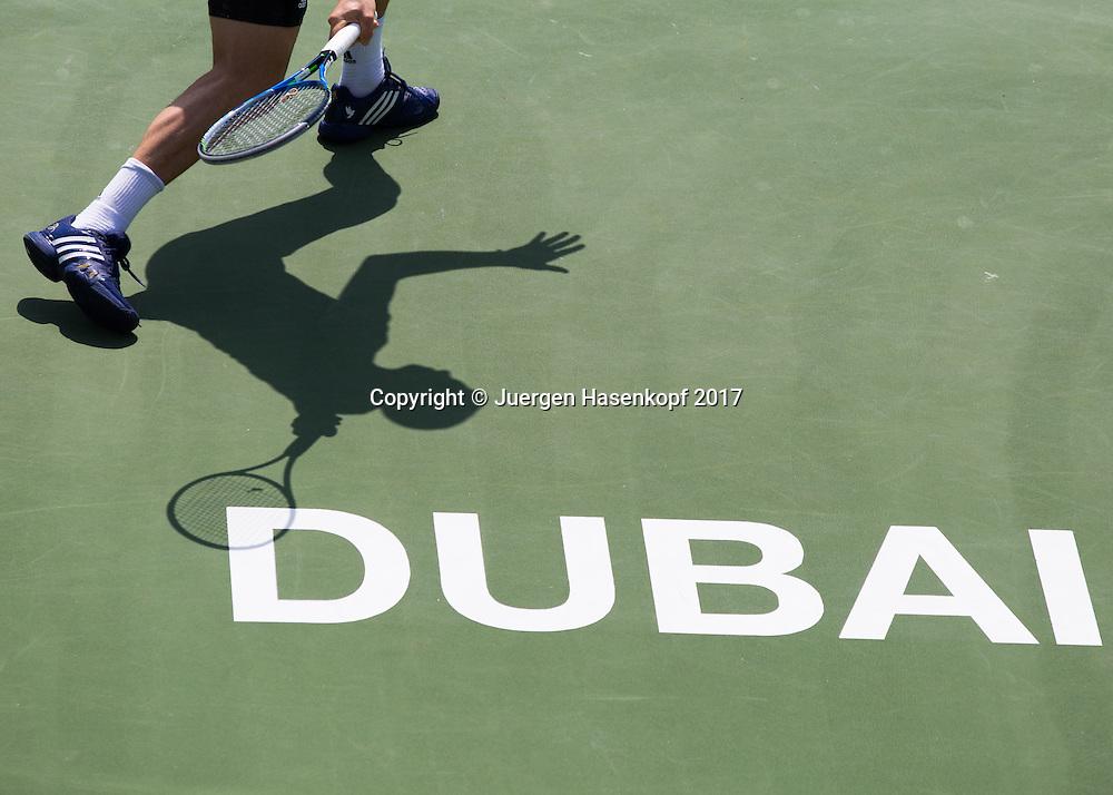 Dubai Tennis Feature, Spieler Schatten auf dem Hartplatz und DUBAI Schriftzug,Symbolfoto<br /> <br /> Tennis - Dubai Duty Free Tennis Championships - ATP/WTA/ITF -  Dubai Duty Free Tennis Stadium - Dubai -  - United Arab Emirates  - 28 February 2017. <br /> &copy; Juergen Hasenkopf