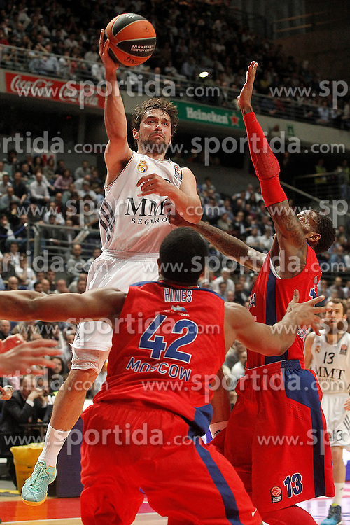 20.03.2014, Palacio de los Deportes, Madrid, ESP, Basketball EL, Real Madrid vs CSKA Moskau, Gruppe F, im Bild Real Madrid's Sergio Llull (c) and CSKA Moscow's Kyle Hines (l) and Sonny Weems // Real Madrid's Sergio Llull (c) and CSKA Moscow's Kyle Hines (l) and Sonny Weems during the group F Basketball Euroleague between Real Madrid and CSKA Moscow at the Palacio de los Deportes in Madrid, Spain on 2014/03/20. EXPA Pictures © 2014, PhotoCredit: EXPA/ Alterphotos/ Acero<br /> <br /> *****ATTENTION - OUT of ESP, SUI*****