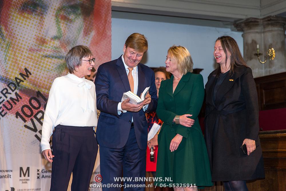 NLD/Amsterdam/20181003 - Koning opent tentoonstelling 1001 vrouwen in de 20ste eeuw, Koning Willem Alexander neemt het boek in ontvangst van Els Kloek, Irma Boom en Judikje Kiers