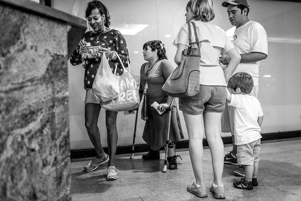 La psicólogo clínico, Carolina Mora (c) espera para pagar su ticket de estacionamiento en un Centro Comercial de El Hatillo. Caracas, 12 de junio de 2014. (Foto/Ivan Gonzalez)