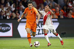 (L-R) Daryl Janmaat of Holland, Christian Cueva of Peru during the International friendly match match between The Netherlands and Peru at the Johan Cruijff Arena on September 06, 2018 in Amsterdam, The Netherlands