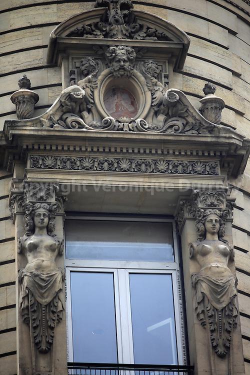 detail of Haussmann architecture, Paris 2 // détail d'architecture ausmanienne, Paris 2