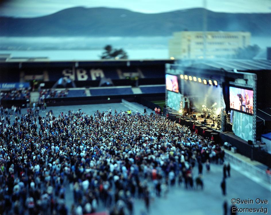 """Jugendfest 2012.<br /> Bilder fra Jugendfest 2012 i Ålesund fotografert med storformatskamera og Kodak Portra 4x5"""" film. Her er det Kaizers Orchestra som står på scenen.<br /> Foto: Svein Ove Ekornesvåg"""