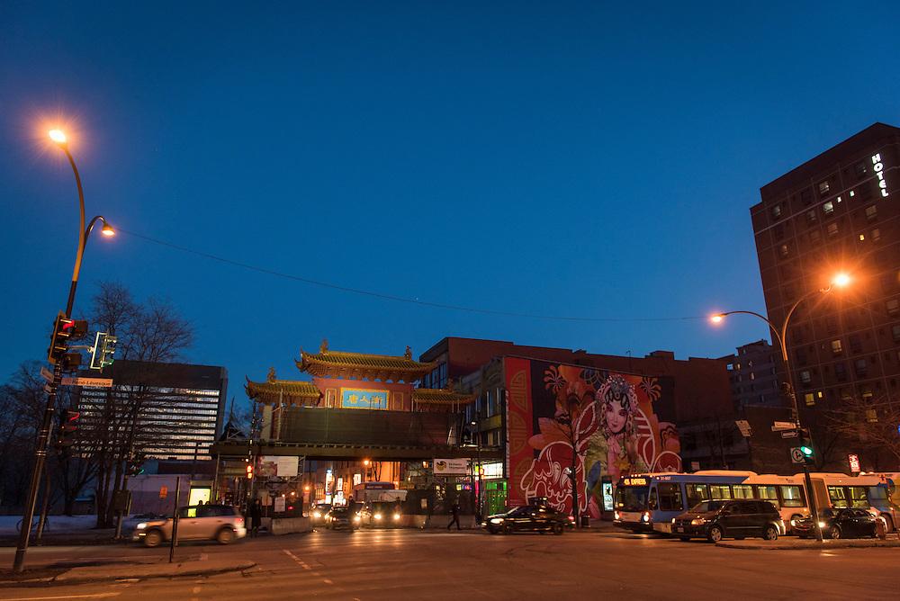 Le quartier chinois, délimité par deux hautes arches rouge et or (intersections de l'avenue Viger et du boulevard René- Lévesque).