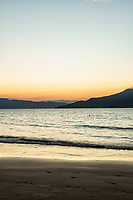 Praia da Daniela ao anoitecer. Florianópolis, Santa Catarina, Brasil. / Daniela Beach at dusk. Florianopolis, Santa Catarina, Brazil.