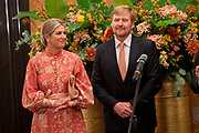 Zijne Majesteit Koning Willem-Alexander en Hare Majesteit Koningin Máxima brengen op uitnodiging van president Ram Nath Kovind een staatsbezoek aan de Republiek India.<br /> <br /> His Majesty King Willem-Alexander and Her Majesty Queen Máxima on a state visit to the Republic of India at the invitation of President Ram Nath Kovind.<br /> <br /> Op de foto / On the photo:  Koning Willem-Alexander en koningin Maxima leggen een krans ter herdenking van de aanslag op 26 november 2008 in hotel Taj Mahal Palace . /// King Willem-Alexander and Queen Maxima are laying a wreath to commemorate the attack on 26 November 2008 in hotel Taj Mahal Palace.