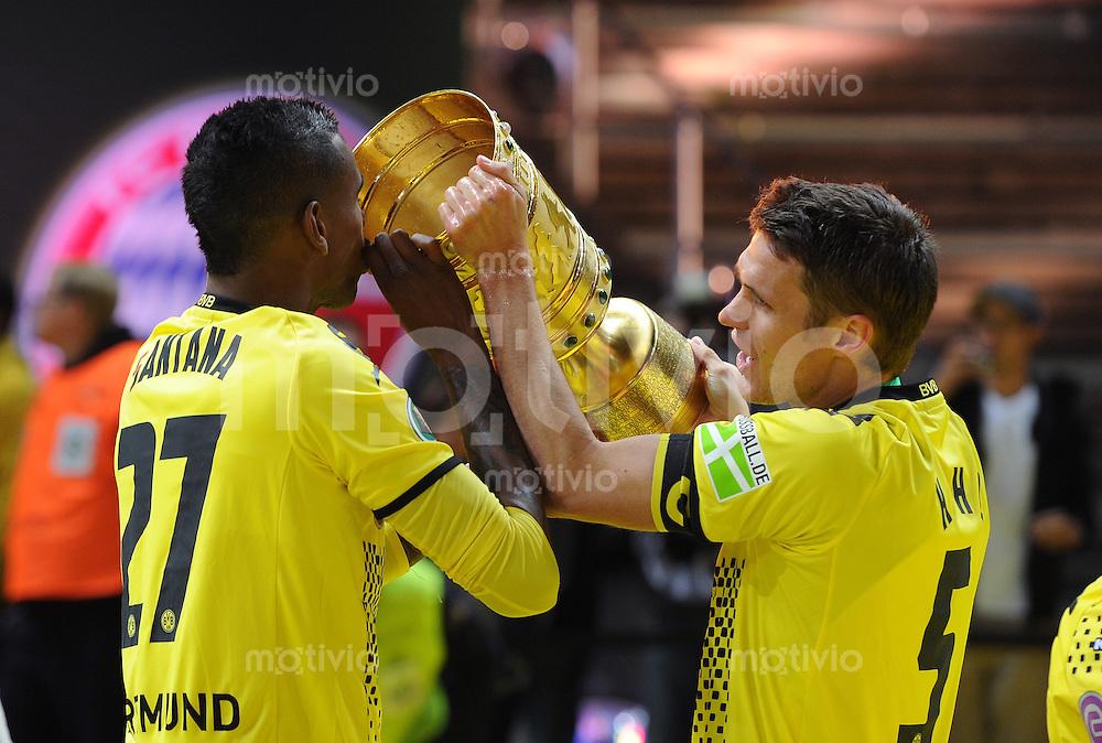 FUSSBALL      DFB POKAL FINALE       SAISON 2011/2012 Borussia Dortmund - FC Bayern Muenchen   12.05.2012 Felipe Santana (li) und Sebastian Kehl (re, beide Borussia Dortmund) goennen sich einen Schluck aus dem Pokal