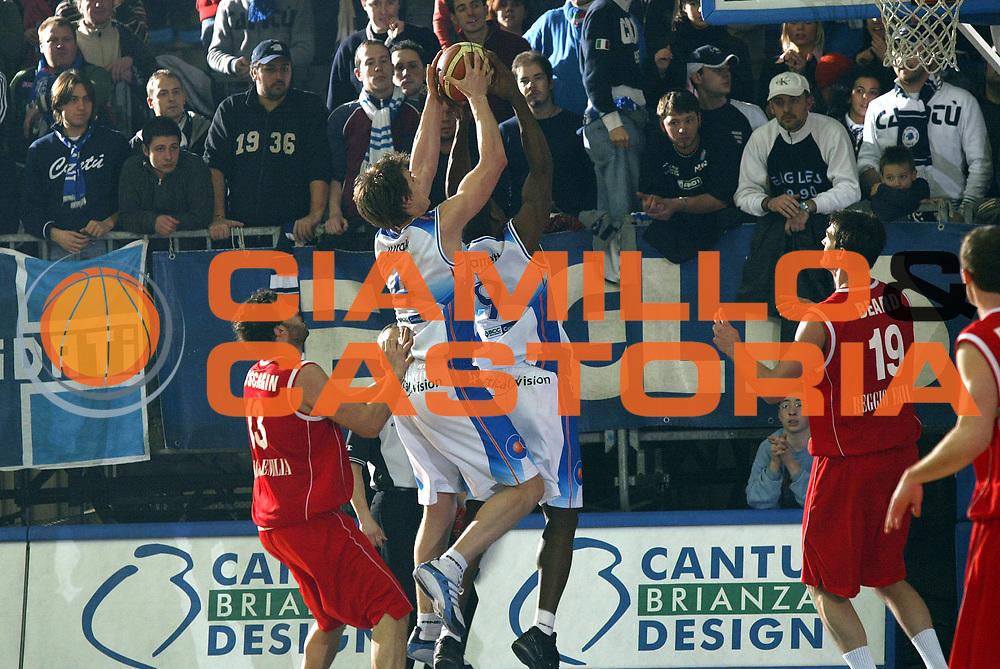 DESCRIZIONE : Cantu Lega A1 2005-06 Vertical Vision Cantu Bipop Reggio Emilia<br /> GIOCATORE : Jurak Barrett<br /> SQUADRA : Vertical Vision Cantu <br /> EVENTO : Campionato Lega A1 2005-2006<br /> GARA : Vertical Vision Cantu Bipop Reggio Emilia<br /> DATA : 08/01/2006<br /> CATEGORIA : Rimbalzo<br /> SPORT : Pallacanestro<br /> AUTORE : Agenzia Ciamillo-Castoria/E.Pozzo