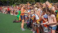 AMSTELVEEN -  Kyra Fortuin (Ned) deelt handtekeningen  uit  na   de Pro League hockeywedstrijd dames, Nederland-Australie (3-1) COPYRIGHT  KOEN SUYK