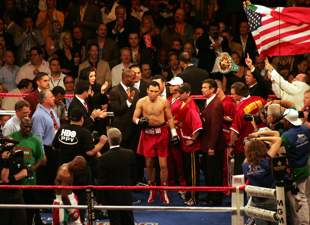 Both fighters await the bell as the tension mounts. MGM Grand, Las Vegas, Nevada, USA. 4th May 2007. Floyd Mayweather v Oscar De La Hoya.