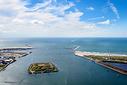 Nederland, Noord-Holland, IJmuiden, 01-08-2016; monding van het Noordzeekanaal met Noordelijke en Zuidelijke havendam. In de monding  het Fort Eiland (Stelling van Amsterdam). <br /> Mouth of the North sea canal.<br />  <br /> luchtfoto (toeslag op standard tarieven);<br /> aerial photo (additional fee required);<br /> copyright foto/photo Siebe Swart