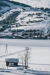 THEMENBILD - Winterlandschaft bei Sonnenschein. Im Skigebiet Kitzsteinhorn-Maiskogel führen die Skipisten und Liftanlagen bis ins Tal, aufgenommen am 06. Februar 2020 in Kaprun, Oesterreich // Winter landscape in sunshine. In the skiing area Kitzsteinhorn-Maiskogel the ski slopes and lifts lead down to the valley, in Kaprun, Austria on 2020/02/06. EXPA Pictures © 2020, PhotoCredit: EXPA/Stefanie Oberhauser