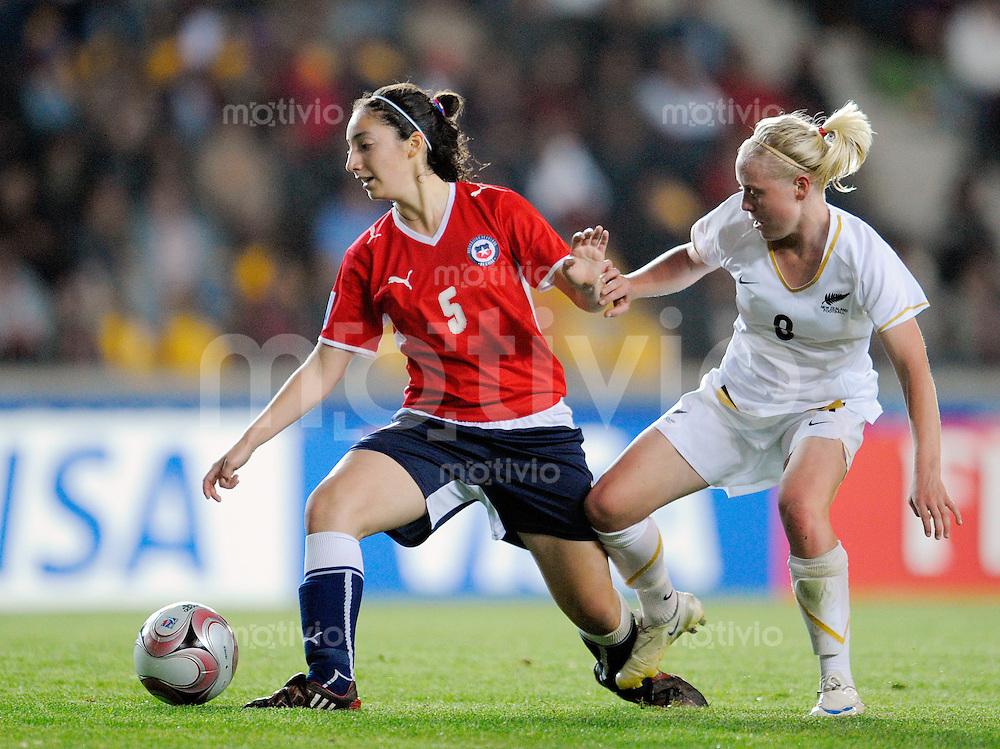 Fussball Frauen FIFA U 20  Weltmeisterschaft 2008    22.11.2008 Chile - Neuseeland     Chile - New Zealand Tatiana PEREZ  (li, CHI) im Zweikampf mit Betsy HASSET (re, NZL).