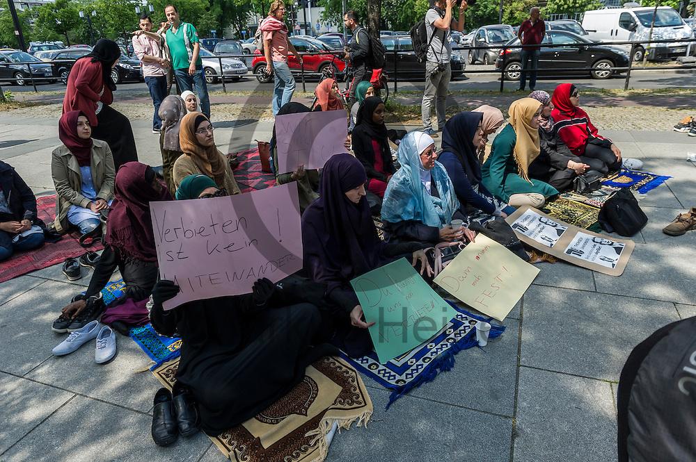 &quot;Verbieten ist kein Miteinander&quot; steht w&auml;hrend der Kundgebung zur Schlie&szlig;ung des Gebetsraumes der TU Berlin am 20.05.2016 in Berlin, Deutschland auf dem Schild einer Muslima. Ca 200 Muslime hielten vor der Universit&auml;t eine Kundgebung und ein Gebet ab um gegen die Schlie&szlig;ung des Gebetsraumes in der Universit&auml;t zu demonstrieren. Foto: Markus Heine / heineimaging<br /> <br /> ------------------------------<br /> <br /> Ver&ouml;ffentlichung nur mit Fotografennennung, sowie gegen Honorar und Belegexemplar.<br /> <br /> Bankverbindung:<br /> IBAN: DE65660908000004437497<br /> BIC CODE: GENODE61BBB<br /> Badische Beamten Bank Karlsruhe<br /> <br /> USt-IdNr: DE291853306<br /> <br /> Please note:<br /> All rights reserved! Don't publish without copyright!<br /> <br /> Stand: 05.2016<br /> <br /> ------------------------------